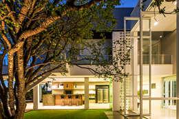 Jardines de estilo moderno por Raffo Arquitetura