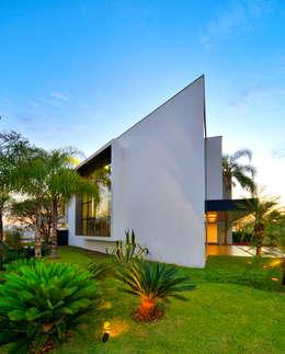 Casas de estilo moderno por Raffo Arquitetura