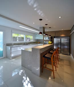 Cocinas de estilo moderno por Raffo Arquitetura