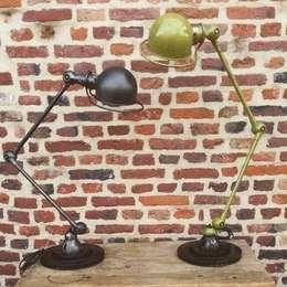 Lampe Jielde: Maison de style  par Le Quai