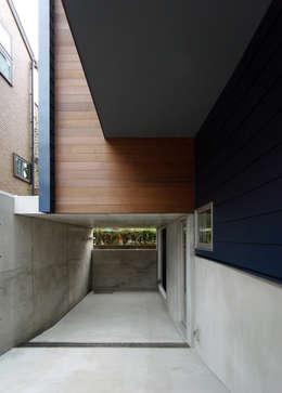 マドの家: 充総合計画 一級建築士事務所が手掛けたガレージです。