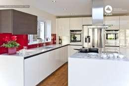 Durable glossy Oxshott kitchen.: modern Kitchen by Pyram
