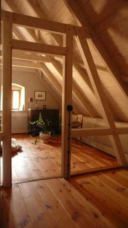 Dormitorios de estilo rural por Junghanns + Müller Architekten