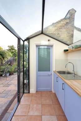 Cocinas de estilo rural por Circumflex Chartered Architects