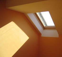 Puertas y ventanas de estilo moderno por Circumflex Chartered Architects