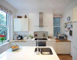 Cocinas de estilo moderno por Circumflex Chartered Architects