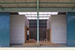既存倉庫と新しいヴォリューム: アトリエセッテン一級建築士事務所が手掛けたオフィススペース&店です。