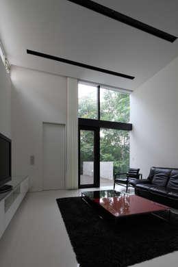 ナカノサワの家: 株式会社コウド一級建築士事務所が手掛けたリビングです。