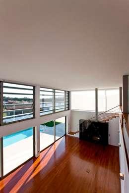 Salon de style de style Moderne par Atelier Lopes da Costa