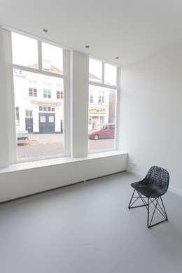 de (drie) Moriaen(en): minimalistische Woonkamer door architectenbureau Huib Koman (abHK)