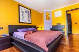camera matrimoniale: Camera da letto in stile in stile Moderno di UAU un'architettura unica