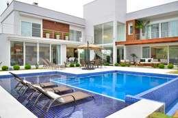 Residencia Unifamiliar: Piscinas tropicais por Marcelo John Arquitetura e Interiores