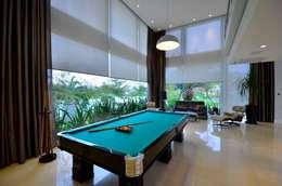 Residencia Unifamiliar: Salas de estar tropicais por Marcelo John Arquitetura e Interiores