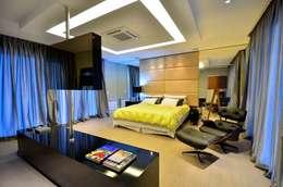 Residencia Unifamiliar: Quartos  por Marcelo John Arquitetura e Interiores