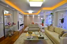 """""""Luxo na arquitetura não é diferente de luxo na vida. Luxo é ter, na tua casa, aquilo que te deixa feliz"""": Salas multimídia clássicas por Studio Três Arquitetura e Urbanismo"""