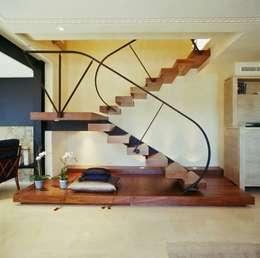 Vestíbulos, pasillos y escaleras de estilo  por Ojinaga
