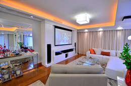 Salas multimedia de estilo clásico por Studio Três Arquitetura e Urbanismo