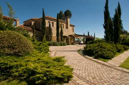 Jardines de estilo mediterraneo por Tellini Vontobel Arquitetura