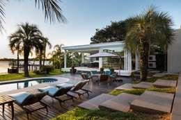 moderne Huizen door Kali Arquitetura