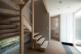 DOG COURTYARD HOUSE: 充総合計画 一級建築士事務所が手掛けた廊下 & 玄関です。