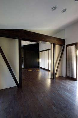 堺市の住宅 / 縁側のある家: 一級建築士事務所アールタイプが手掛けた寝室です。