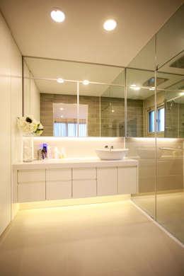 Banheiros minimalistas por HBA-rchitects