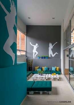 Estar familiar: Salas de estilo moderno por MARIANGEL COGHLAN
