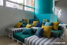 Salon de style de style Moderne par MARIANGEL COGHLAN