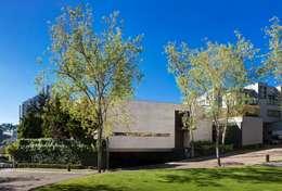 Maisons de style de style Minimaliste par grupoarquitectura