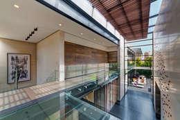 Casa Dalias: Pasillos y recibidores de estilo  por grupoarquitectura