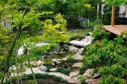 再生した和風庭園: Village gardenが手掛けた庭です。