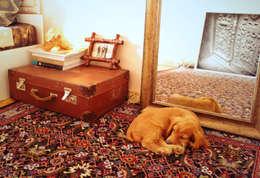 Винтажный чемодан вместо прикроватной тумбочки: Спальная комната  в . Автор – L'Essenziale Home Designs
