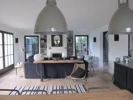 Une maison de 220 m2 à l'île de Ré: Salon de style de style Moderne par raphaelle levet decoration