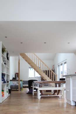MAISON EYS: Salle à manger de style de style Moderne par BIENSÜR Architecture