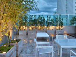 Balcones, porches y terrazas de estilo  por Anaíne Vieira Pitchon Arquitetura e Interiores