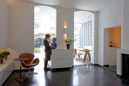 Herenwoning met stadstuin in het centrum van Mechelen: moderne Eetkamer door aerts+blower bvba