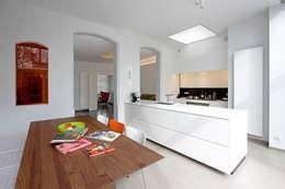 Herenwoning met stadstuin in het centrum van Mechelen: moderne Keuken door aerts+blower bvba
