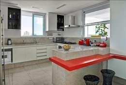 Projekty,  Kuchnia zaprojektowane przez Cassio Gontijo Arquitetura e Decoração