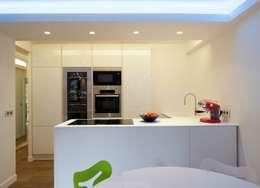 PARIS 17 70m²: Cuisine de style de style Moderne par blackStones