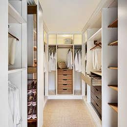 Vestidores y closets de estilo moderno por Reformes TMS