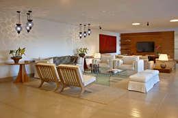 Haras Sahara: Sala de estar  por Anaíne Vieira Pitchon Arquitetura e Interiores