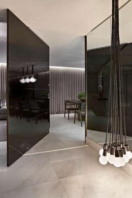 Pasillos y vestíbulos de estilo  por Andréa Buratto Arquitetura & Decoração