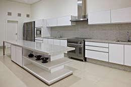 Haras Sahara: Cozinhas modernas por Anaíne Vieira Pitchon Arquitetura e Interiores