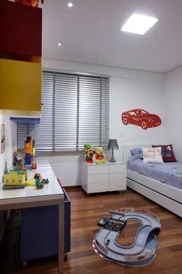 Quarto Filho: Quarto infantil  por Andréa Buratto Arquitetura & Decoração