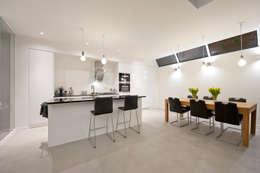Van garage naar woonstudio: moderne Keuken door Het Ontwerphuis