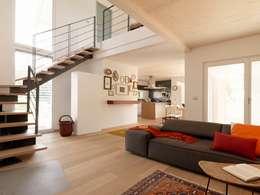 Villa Our Time: Soggiorno in stile in stile Moderno di DomusGaia