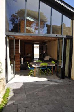 Du Sel - Réhabilitation d'un ancien garage à sel: Terrasse de style  par vincent souquet - Architecte