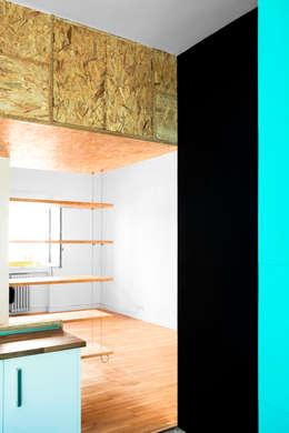 Reforma Low-Cost: Salones de estilo industrial de idearch studio