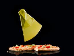 Découpe Pizza KANT - design Serge Atallah: Cuisine de style de style eclectique par ase product - serge atallah