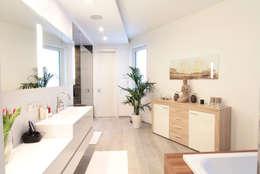 Baños de estilo moderno por La Casa Wohnbau